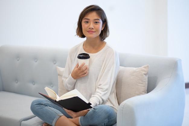 Positieve aziatische freelancer die haar werk begint