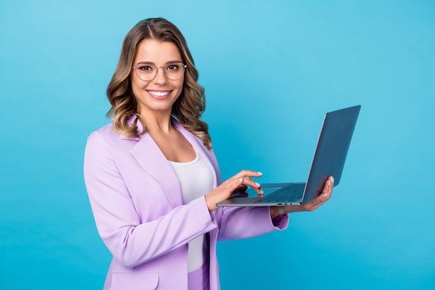Positieve baas werk computer geïsoleerd dan blauwe kleur