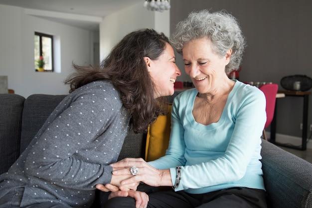 Positieve bejaarde vrouw en haar dochter plezier maken