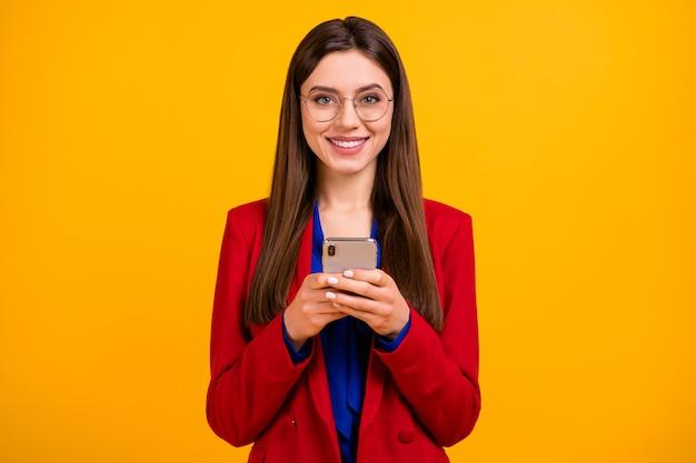 Positieve charmante zakelijke dame gebruik slimme telefoon glimlach