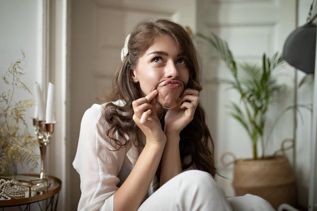 Positieve dame die een grappig gezicht trekt