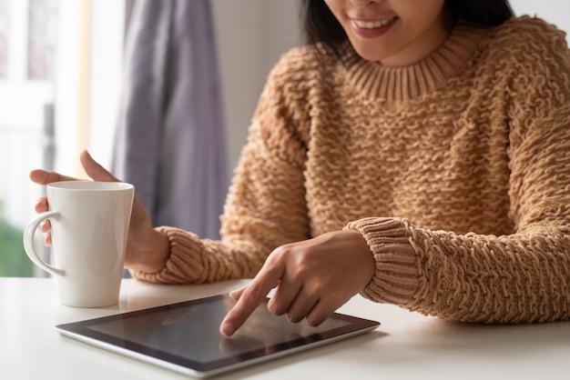 Positieve doelspecialist die online statistieken op tablet bekijkt