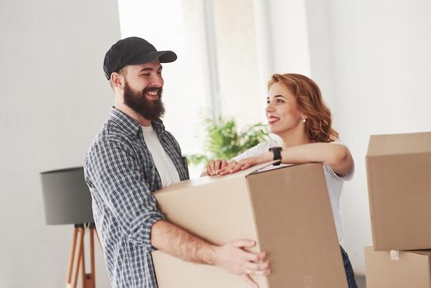Positieve emoties. gelukkig paar samen in hun nieuwe huis. conceptie van verhuizen