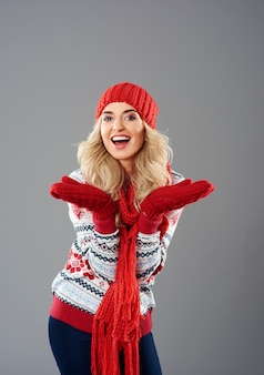 Positieve emoties van vrouw in winterkleding