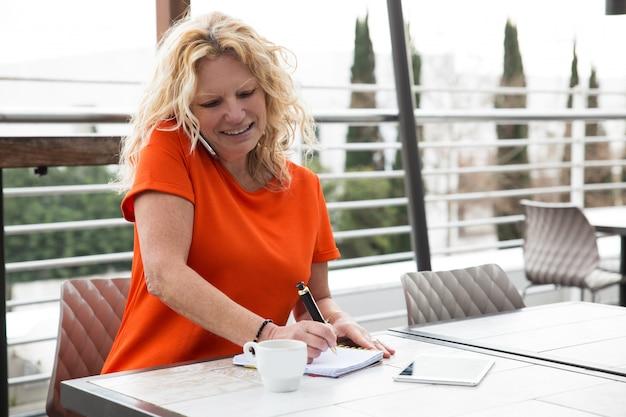 Positieve freelancer die aan klant spreekt