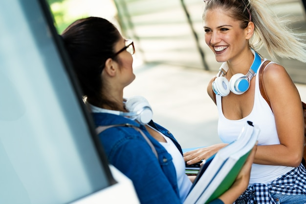 Positieve gelukkige jonge studentenmeisjes die samen studeren, zich voorbereiden op het examen