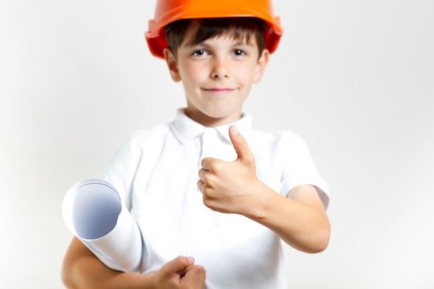 Positieve jonge jongen met veiligheidshelm