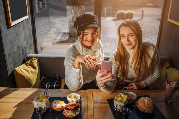 Positieve jonge vrouwen nemen selfie