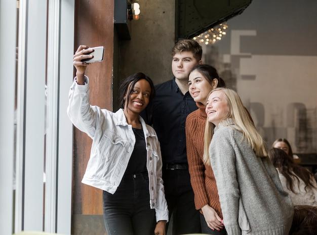 Positieve jongeren die samen een selfie nemen