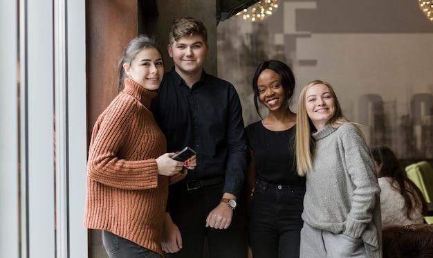 Positieve jongeren die samen stellen