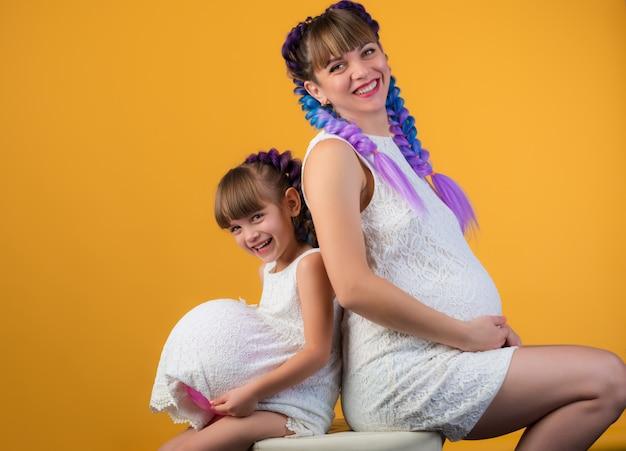 Positieve lachende moeder en dochter