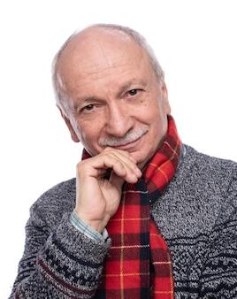 Positieve lachende senior man poseren in studio op witte achtergrond