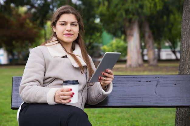 Positieve latijnse student die van koffiepauze geniet