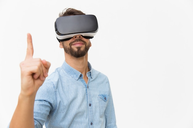 Positieve mannelijke gebruiker die vr-bril draagt, die idee hebben