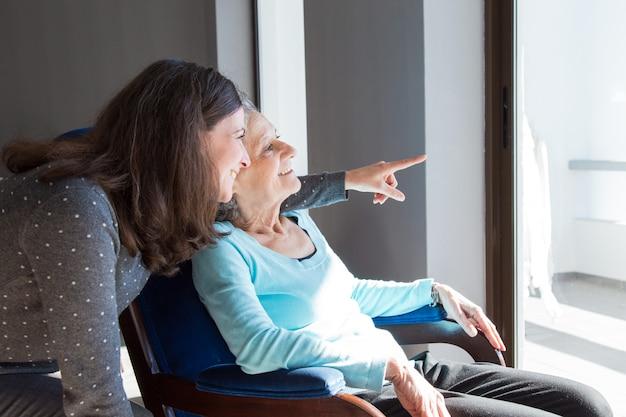 Positieve moeder en dochter die van dramatische mening genieten
