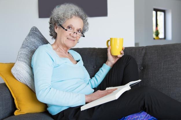 Positieve oudere dame die aan knieziekte lijdt