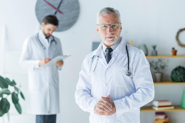 Positieve senior arts op kantoor