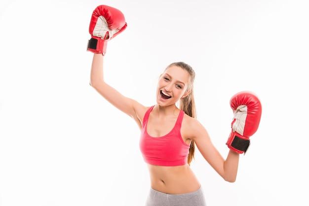 Positieve sportieve meisje in bokshandschoenen zegevieren