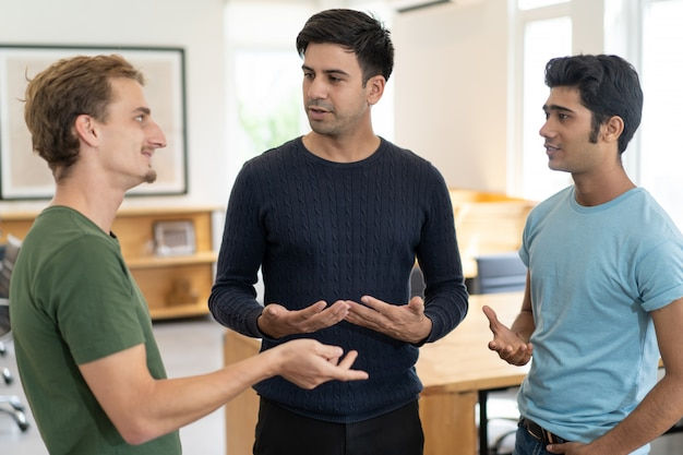 Positieve stagiairs die ideeën of ervaringen delen