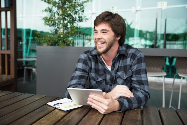 Positieve student die van draadloze verbinding geniet