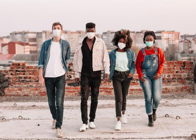 Positieve tieners die uit met medische maskers hangen