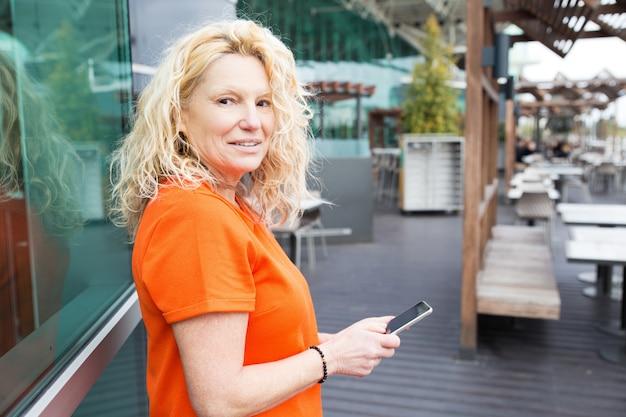 Positieve toerist die mobiele app gebruikt