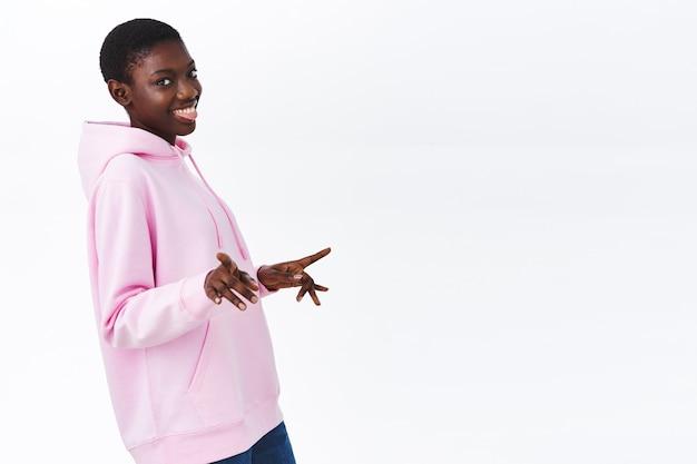 Positieve vibes en geluk concept. grappige en vrolijke ougoing afro-amerikaanse vrouw chillen met vrienden op feestje
