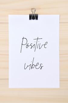 Positieve vibes hand getekende letters op wit papier