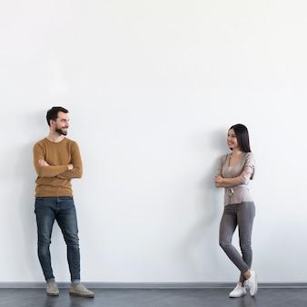 Positieve volwassen man en vrouw die elkaar bekijken