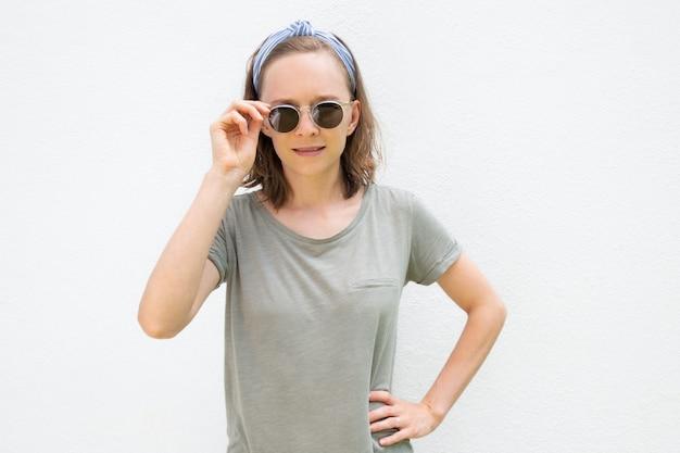 Positieve vrouw die haarband en de zomerkleren draagt