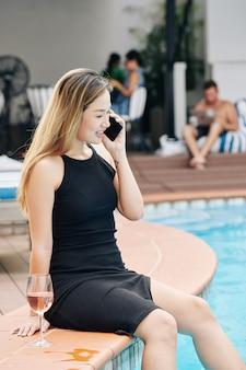 Positieve vrouw die telefoon uitnodigt