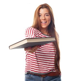 Positieve vrouw met een boek in de hand