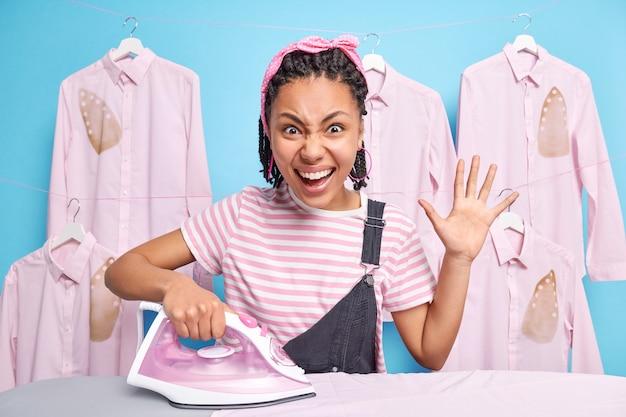 Positieve vrouwelijke huishoudster