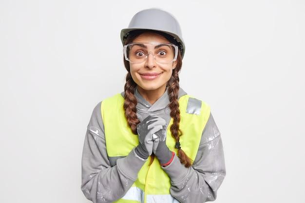 Positieve vrouwelijke ingenieur grijpt handen