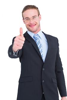 Positieve zakenman die met omhoog duim glimlacht