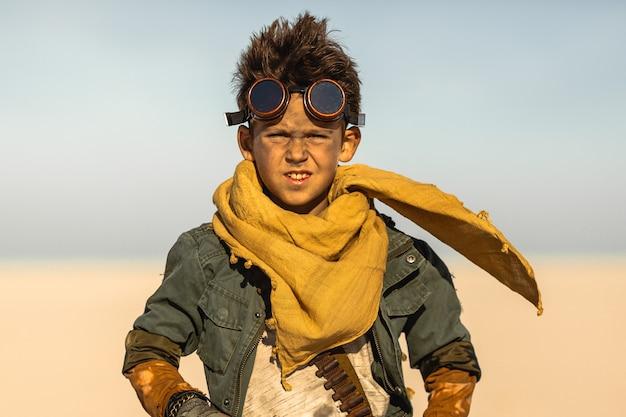 Post-apocalyptische warrior boy outdoors in desert wasteland