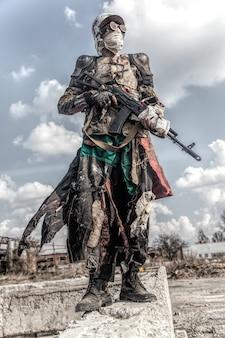 Post een apocalyptisch overlevende wezen met zelfgemaakte wapens