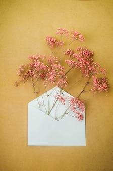 Post envelop met roze gypsophila bloemen binnen