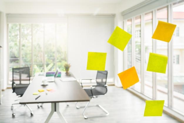 Post-it note papar op glazen bord in projectbureau