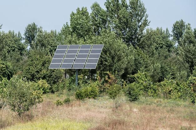 Post met zonnepanelen in het midden van nergens
