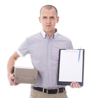Postbezorgservice jonge man met klembord en kartonnen doos geïsoleerd op een witte achtergrond