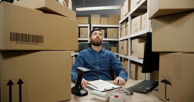 Postbode moe en druk met vracht en post voor registratie en bezorging