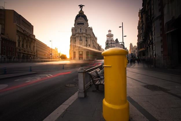 Postbus op gran via, hoofdstraat van madrid, spanje.