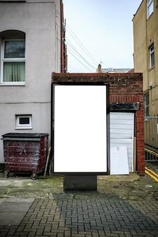 Poster aanplakbord op stad vuile steeg achtergrond. leeg reclamebordmodel in de straat