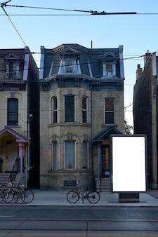 Poster billboard op de achtergrond van de oude stad. leeg reclamebord mockup in de straat