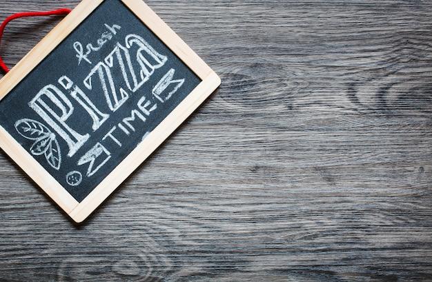 Poster met pizza gestileerde krijt inscriptie
