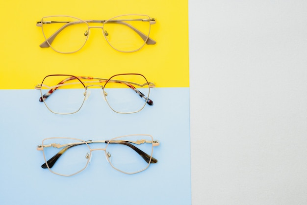 Poster van een bril op pastel achtergrond. optiek. visie.