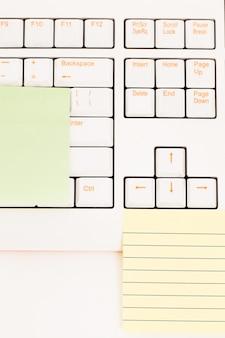 Postit notities op een toetsenbord