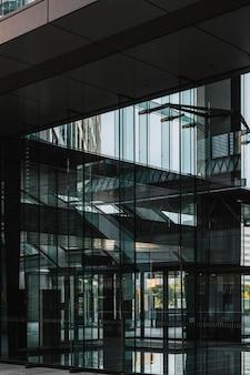 Postmoderne kantoorgebouwen met glazen gevel