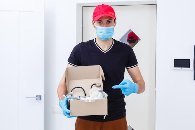 Postorder medicatiecontainers met verzenddozen.